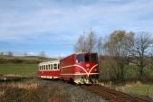 Krásná podzimní sobota s lokomotivou 705 913 v nejmenším oblouku mezi Třemešnou a Liptaní, 26.10.2013