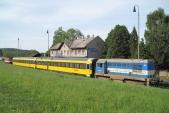 Vozy společnosti Regiojet s lokomotivou 720 039 při křižování v Třemešné ve Slezsku, 16.5.2013