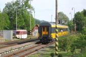 Vozy společnosti Regiojet projíždějí okolo úzkorozchodného depa v Třemešné ve Slezsku, 16.5.2013