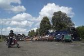 Slavné motorové tříkolky Velorex s neméně slavnou Jawou 250 před lokomotivou U57.001 v Osoblaze, 25.8.2013