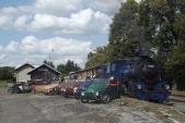 Slavné motorové tříkolky Velorex před lokomotivou U57.001 v Osoblaze, 25.8.2013