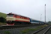Lokomotiva 749 248 slovenského spolku Výhrevňa Vrútky v Třemešné ve Slezsku čeká na přestup cestujících z parního vlaku SZD, 14.9.2013