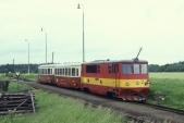 705 916 čeká na křižování na 3. koleji ve Slezských Rudolticích, 30.5.1997