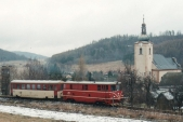 V pochmurném zimním dopolední stoupá stroj 705 916 okolo kostela sv. Šebestiána do Třemešné, 30.12.2004