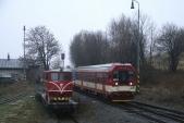 Okolo úzké 705 916 právě do Třemešné vjíždí spěšný vlak Krnov - Jeseník s motorovým vozem 843 002, 20.1.2014