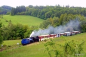 Slavnostní vlak vyrazil na cestu. Zde je zachycen nedaleko známého nejmenšího oblouku mezi Třemešnou a Liptaní.