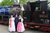 Členové Slezského souboru Heleny Salichové z Ostravy v krojích před parními lokomotivami U57.001 a U46.002