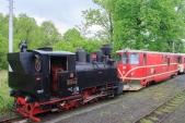 """""""Rešica"""" U46.002 připravená na schování do depa za pomocí motorové lokomotivy 705 913"""