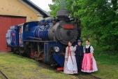 Pózování členů Slezského souboru Heleny Salichové před parní lokomotivou U57.001