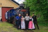 Ještě jedna póza děvčat v krojích společně s lokomotivní četou
