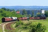 Nákladní parní vlak vjíždí do města Nysa.