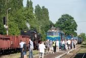 Příznivci železnic fotografují dva nákladní vlaky Racławicach Śląskich.