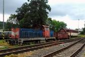 Souprava s naloženým vozem Balm/ú v čele s lokomotivou 714 029