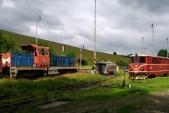 Zadní část stanice Třemešná ve Slezsku s normálněrozchodnou lokomotivou 714 029 a úzkorozchodnou 705 914