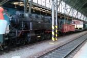 """Konvoj historických vozidel do DHV Lužná u Rakovníka obsahoval také parní lokomotivu 433.001. V čele stanula """"zamračená"""" 751 004. Foceno ve stanici Praha hl.n."""