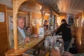 Pivní vagón se proměnil ve stánek s prodejem propagačních materiálů a dobrého piva