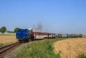 Parní lokomotiva U57.001 v druhém nejmenším oblouku na trati pod Horními Povelicemi.