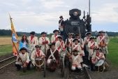 Císařský regiment před parní lokomotivou U57.001.