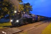 Návštěvníci se vydali do strašidelného zámku a strašidelný parní vlak v čele s lokomotivou U57.001 čeká na svou zpáteční cestu.