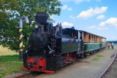 Dobírání vody do lokomotivy U46.002 ve Slezských Rudolticích.