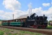 """Parní vlak s lokomotivou """"Rešica"""" čeká na křižování s osobním vlakem ČD v Bohušově."""