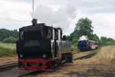 """Okolo vyčkávající """"Rešicy"""" právě vjíždí do Osoblahy vlak vedený """"Malým štokrem""""."""