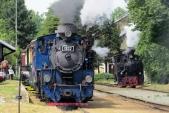 Stanice Osoblaha s dvěma parními lokomotivami Slezských zemských drah najednou