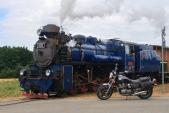 A zase motorka s parní mašinkou. Tentokrát s tou větší - U57.001 - na přejezdu u zastávky Dívčí Hrad