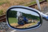 """A motorkářská do třetice. V zrcátku je zachycen """"Malý štokr"""" u přejezdu se silnicí I/57 nad Třemešnou."""