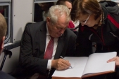Během zastávky ve Slezských Rudolticích se dokonce Miloš Zeman stihl podepsat do pamětní knihy obce.