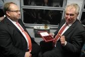 Dar panu prezidentovi od Slezských zemských drah. 116 let stará původní kolejnice z Osoblažské úzkokolejky.