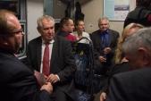 Prezident České republiky Miloš Zeman a hejtman Moravskoslezského kraje Miroslav Novák během jízdy debatovali se zástupci sociálních podniků na Osoblažsku.