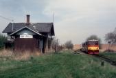 Již opuštěná stanice Horní Povelice s lokomotivou 705 914 v roce 1997. Budova má ještě celý komín.
