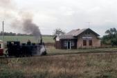"""V říjnu roku 1998 vjíždí do Horních Povelic parní vlak k výročí 100 let trati v čele s """"Malletkou"""" U47.001. Horní část komína na budově již spadla."""