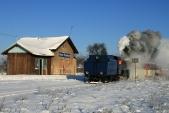 """Prosinec 2010 s """"Malým štokrem"""" U57.001 na již jednokolejné zastávce Horní Povelice. Rozbitá okna jsou zabedněna. Střecha pod tíhou sněhu ještě několik zim vydržela."""