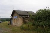 Červen 2011 - střecha budovy se začíná pomalu rozpadat.