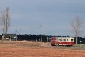 Na snímku z března 2013 s lokomotivou 705 914 již jde vidět zřícený komín a propadající se střecha.