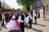 Taneční vystoupení Slezského souboru Heleny Salichové na nástupišti v Třemešné.