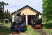 Parní lokomotivy U57.001 a U46.002 před depem v Osoblaze.