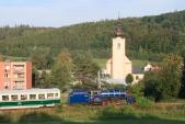 Lokomotiva U57.001 s novým vagónem Balm/ú 658 u kostela v Třemešné