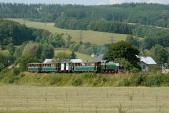 22. srpna, již třetí sobota v řadě, kdy z Třemešné do Osoblahy vyrazil výletní vlak v čele s motorovou lokomotivou TU38.001. Zde zachycen v největším stoupání na trati, mezi Třemešnou a Liptaní.