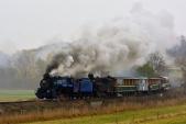 Parní lokomotivy U57.001 a U46.002 přijíždějí se svým vlakem do Bohušova.