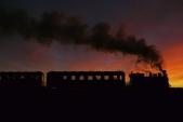 """Parní lokomotiva """"Rešica"""" v posledních slunečných paprscích mezi Slezskými Rudolticemi a Amalínem."""