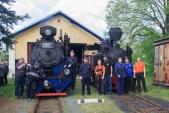 Personál slavnostního parního vlaku před svými lokomotivami v Osoblaze.