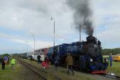 Ruch na nádraží ve Slezských Rudolticích po křižování motorového a parního vlaku.