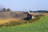 U57.001 se svým vlakem sjíždí mezi poli do zastávky Dívčí Hrad.