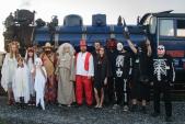 A znovu skupinové foto strašidel před parní lokomotivou, tentokrát ve Slezských Rudolticích.
