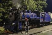 Kostlivec se nechal vyfotit před Malým Štokrem čekajícím na odjezd Strašidelného parního vlaku zpět do Třemešné.