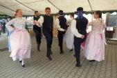 Lidové tance Slezského souboru Heleny Salichové na nástupišti v Třemešné.