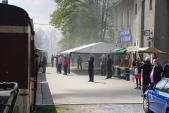 Stylový výpravčí symbolicky vypravuje první parní vlak do nové sezóny.